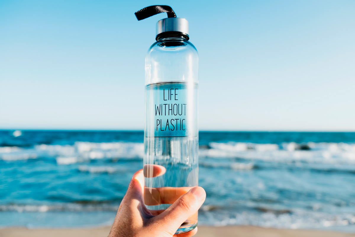 ¿Es mejor beber agua del grifo o embotellada?